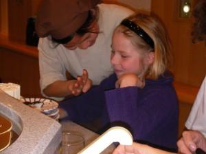Mirabelle apprend à compter en japonais avec les assiettes de sushi