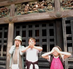 2 x 3 singes au sanctuaire de Toshogu à Nikko au Japon