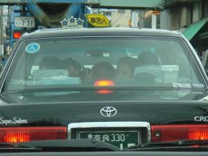 Les 3 enfants à l\'arrière d\'un taxi japonais