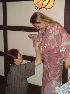 Madolia aussi apprend à passer son Yukata