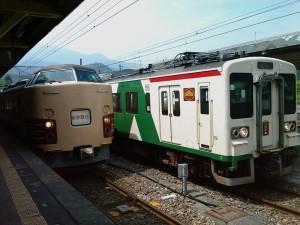 Deux trains en gare de Nikko (Japon), à droite le nôtre