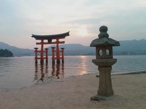 Le grand torii dans l\'eau à Miyajima, Japon