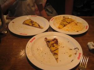Parts de pizza banane-chocolat chez Shakey\'s à Omote-Sando, Tokyo, Japon