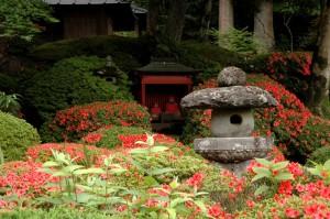 Jardin japonais avec azalées en fleur et jizôs à Nikko au Japon