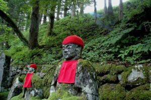 Un des jizos face à la rivière Daiya à Nikko au Japon