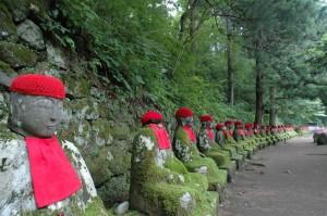 Les 80 Jizôs alignés en bordure du torrent Daiya à Nikko