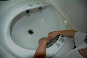 Petit mais malin, le lavabo 3 en un qui lave, rince et sèche sans qu\'on ait quasiment besoin de déplacer ses mains.