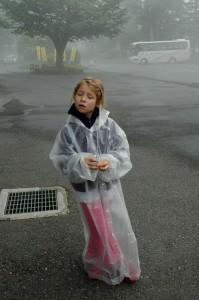 Mirabelle avec son imperméable en plastique à Chuzenji, Nikko, Japon