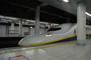 Une nouvelle motrices du Tohoku-Shinkansen entre en gare de Ueno