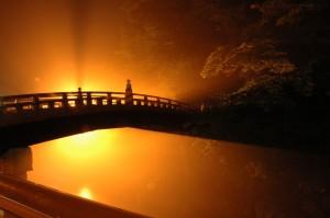 Pont sacré Shinkyo à Nikko au Japon, de nuit
