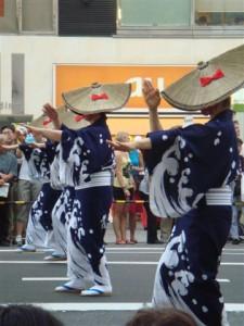 danseurs avec chapeau typiques au festival de Ueno, Tokyo, Japon