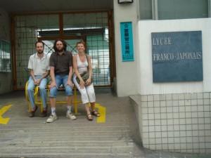 Tois anciens devant le Lycée Franco-Japonais de Tokyo