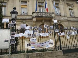 Panneaux et affiches des manifestants anti-fusion